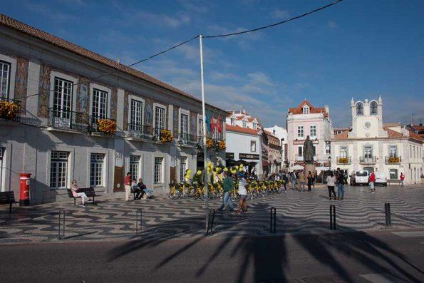 Cascais, zentraler Platz mit dem Rathaus (links). Foto: Lassuns.reisen / Ingo Paszkowsky