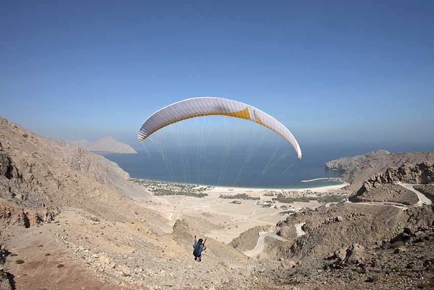 Six Senses Zighy Bay: Die Gäste fliegen per Gleitschirm das Hajar-Gebirge hinab an die Küste und landen direkt auf dem Resort-Gelände. Foto: airtours