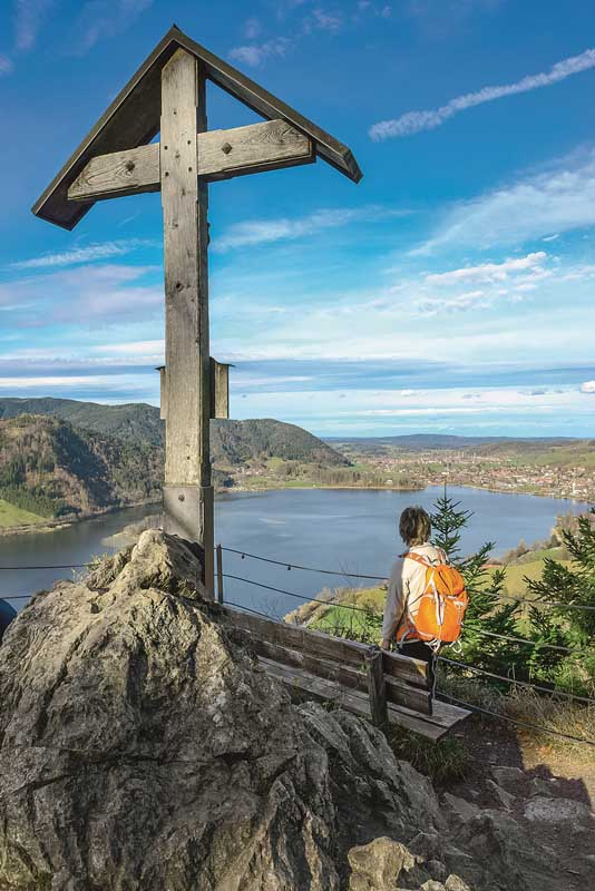Sieht das nicht schee aus? Aussichtspunkt an der Burgruine Hohenwaldeck am Schlierseer Höhenweg, Schliersee un Oberbayern. Foto: Lisa und Wilfried Bahnmüller / J. Berg Verlag