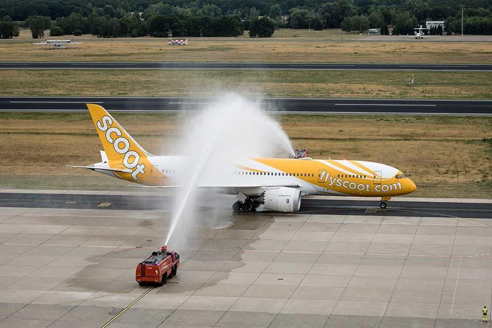 Mit einer Wasserfontäne wurde der Boeing 787 Dreamliner der Low-Cost-Airline Scoot in Berlin begrüßt. Credit: Thomas Kierok / Flughafen Berlin Brandenburg GmbH