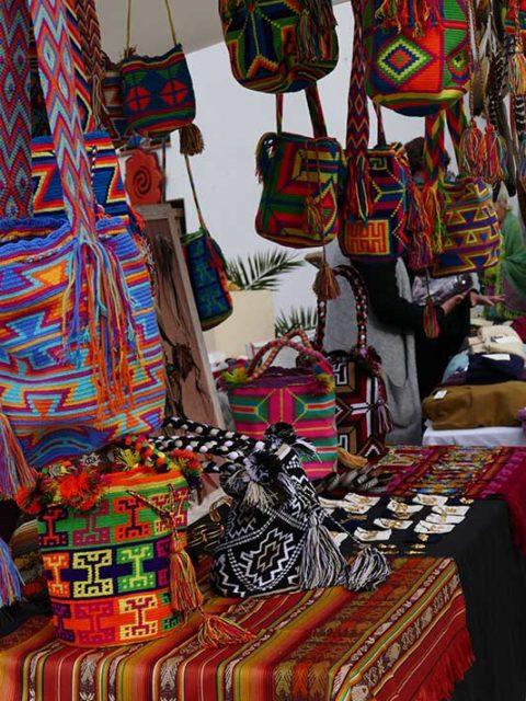 """Selbstgewebte Taschen, bunte Tücher, handgemachter Schmuck – auf dem """"Hippymarket"""" an der """"Punta Arabí""""/Ibiza gibt es alles, was das (Hippie-)Herz begehrt. Bildnachweis: IbizaHEUTE"""