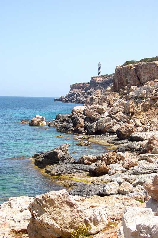 """Ein Spazierweg führt Gäste des Sensimar Ibiza Beach Resort an der Mittelmeerküste zum Leuchtturm """"Far del Moscarter"""". Bildnachweis: IbizaHEUTE"""