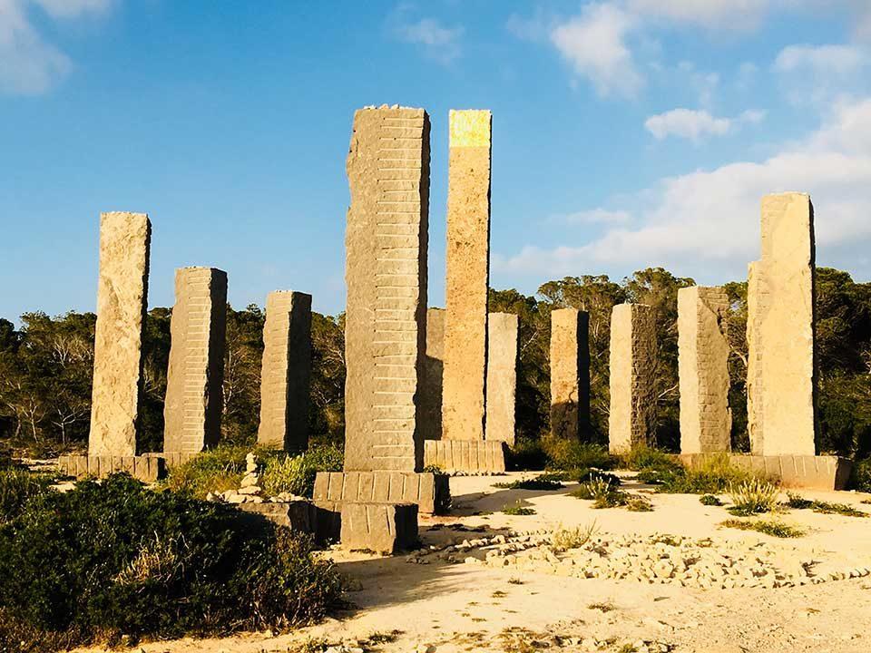 """Mystisch mutet Ibizas """"Stonehenge"""" aus majestätischen Steinsäulen oberhalb der Bucht Cala Llentia an. Bildnachweis: AHM PR/Kirsten Lehmkuhl"""