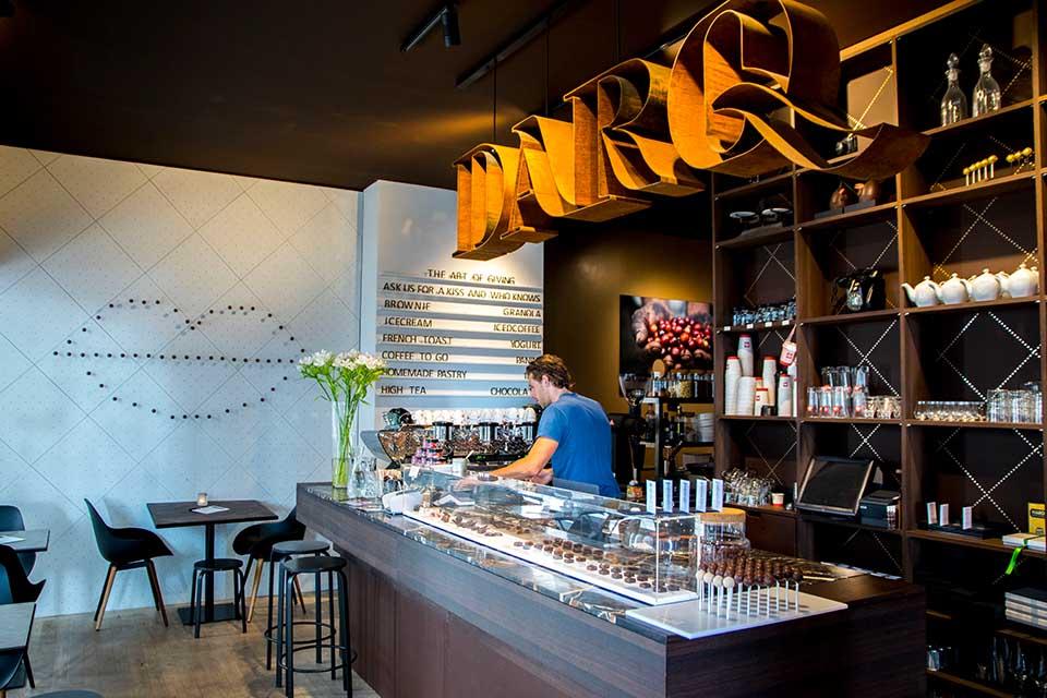 Die Chocolaterie DARQ steht für nachhaltige Süßigkeiten und lädt zu verschiedenen Verkostungen im idyllischen Stokstraatkwartier nahe des Maas-Ufers ein. / Foto: Maastricht Marketing