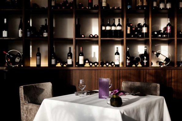 Ein Quantum Prost – das Starnberger Gourmetrestaurant Aubergine führt in seiner Weinkarte auch eine Cuvée unter eigenem Namen. Bildnachweis: Hotel Vier Jahreszeiten Starnberg