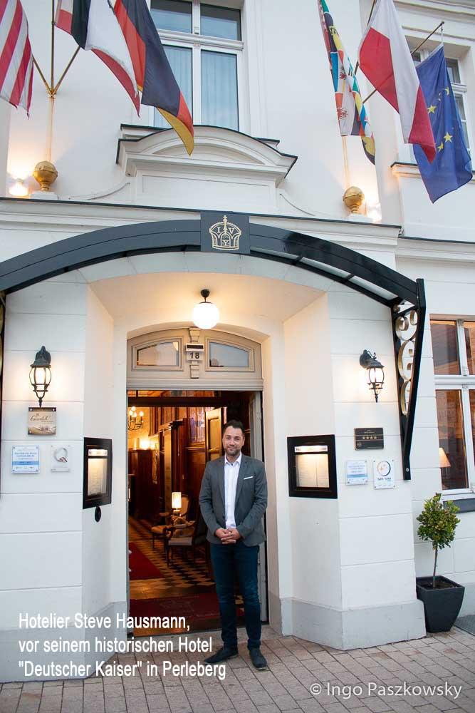 """Hotelier Steve Hausmann, Eigentümer des historischen Hotels """"Deutscher Kaiser"""" mit Restaurant in Perleberg. Foto: Ingo Paszkowsky"""