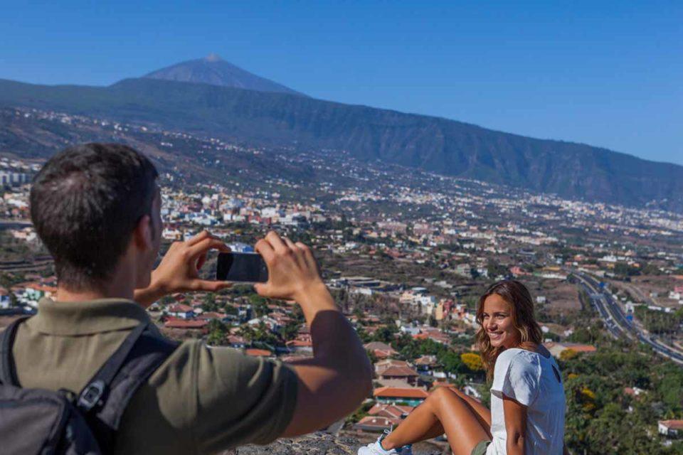 Mirador de Humboldt: Der Aussichtspunkt bietet einen spektakulären Blick auf das Tal von La Orotava, seine ausgedehnten Bananenplantagen und auf die Städte Puerto de la Cruz, La Orotava und Los Realejos. Und natürlich den Teide. Foto: Turismo de Tenerife / Alfonso Bravo