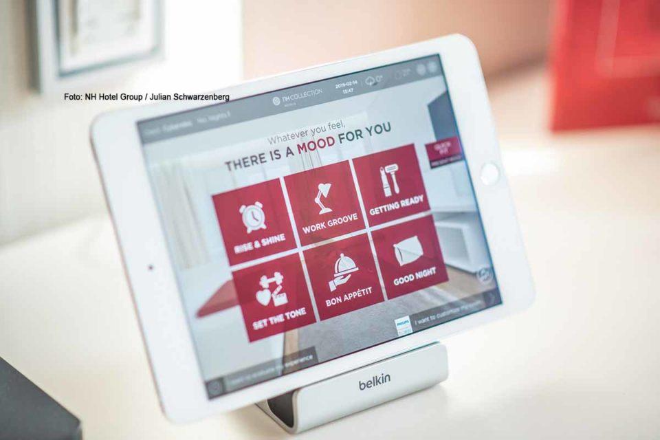 Mit dem Tablet wird alles gesteuert. Foto: NH Hotel Group / Julian Schwarzenberg