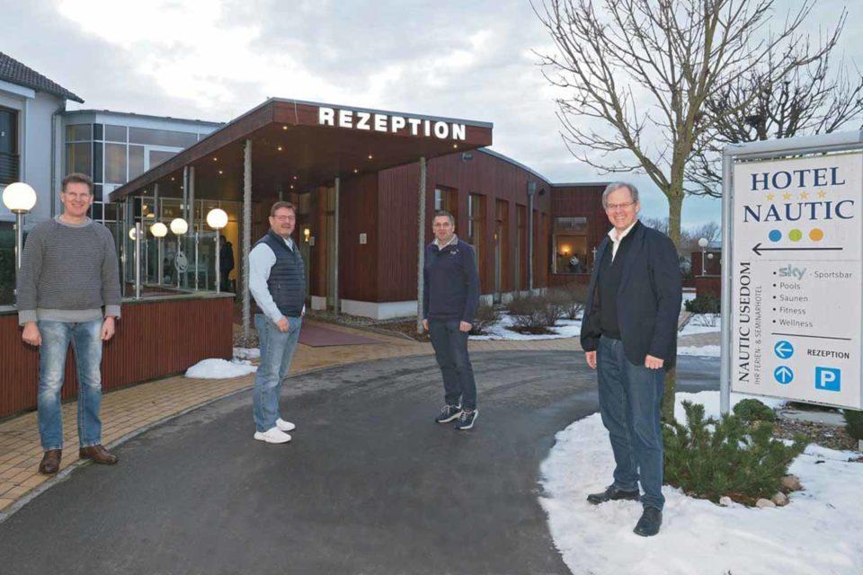 Eigentümerwechsel: Das Hotel Nautic gehört ab Frühjahr 2021 zur Marke SEETELHOTEL. Von links: Harry Bunczek, Walter Neumann, Thomas Wellnitz, Rolf Seelige-Steinhoff / Foto: SEETELHOTEL
