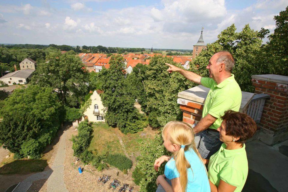 Vom Turm der Burg Lenzen hat man eine phantastische Aussicht über die Gegend / Foto: Tourismusverband Prignitz / Corporate Art