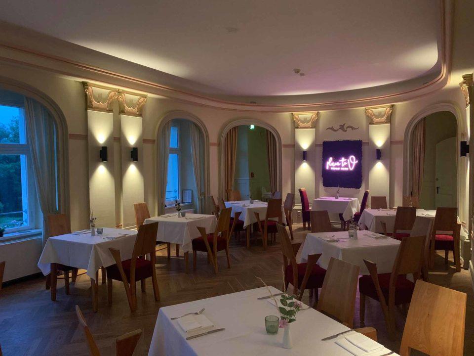 """Für den Gaumengenuss ist gesorgt: im integrierten Restaurant """"place to v"""" werden regionale und saisonale Leckereien auf rein pflanzlicher Basis angeboten.  / Foto: ahead burghotel"""