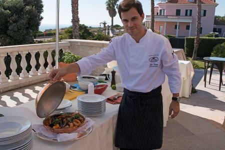 Der Küchenchef des 5-Sterne-Hotels Luis Sousa präsentiert das Ergebnis des Koch-Workshops. Foto: Lassuns.reisen / Ingo Paszkowsky