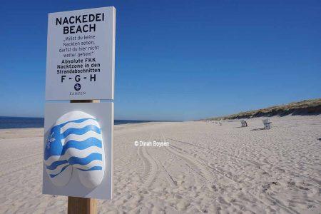 Hinweisschild am FKK-Strand in Kampen / © Dinah Boysen